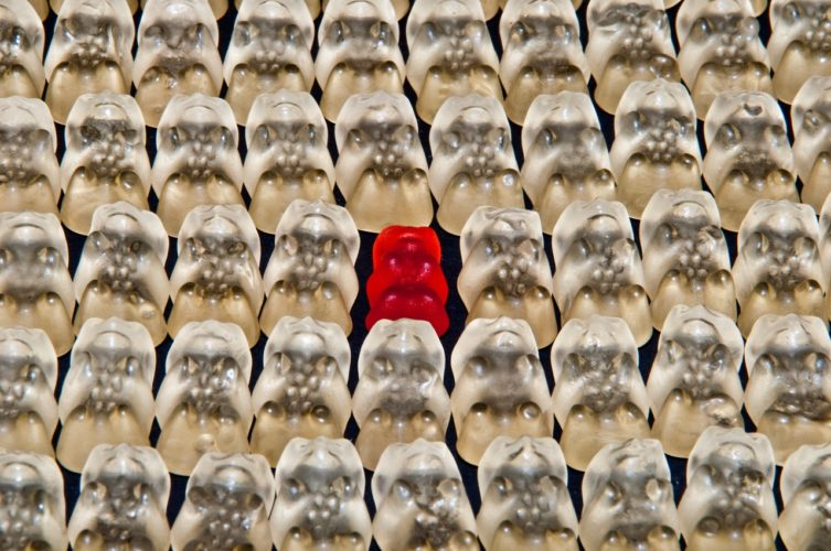 bonbon rouge entouré de bonbons blancs, exemple de différence