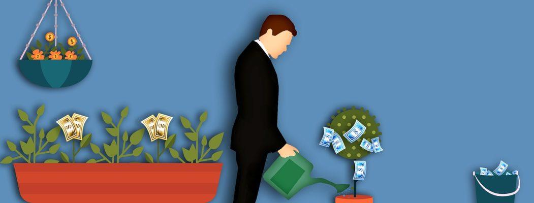 homme arrose ses plantes qui donnent de l'argent