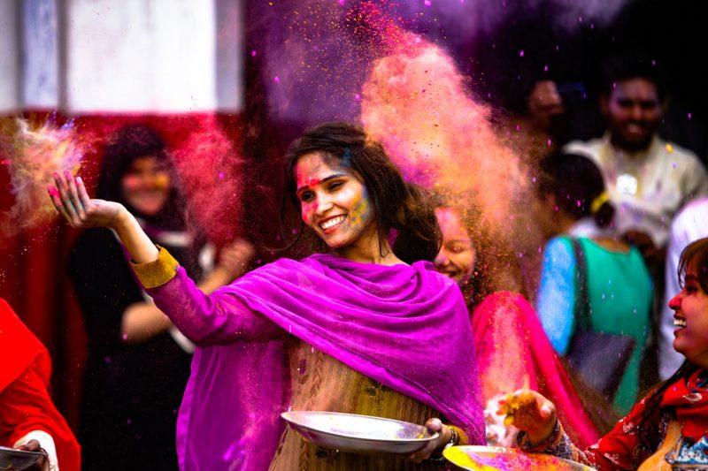 jeune fille indienne qui danse