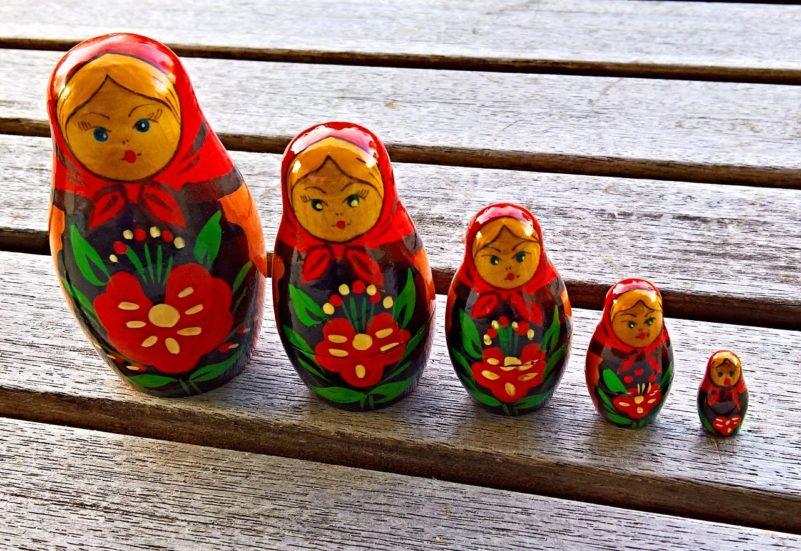 poupée russe sur terrasse en bois