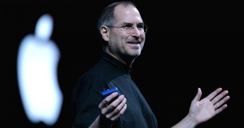 Steve jobs sur scène avec le logo Apple derrière lui