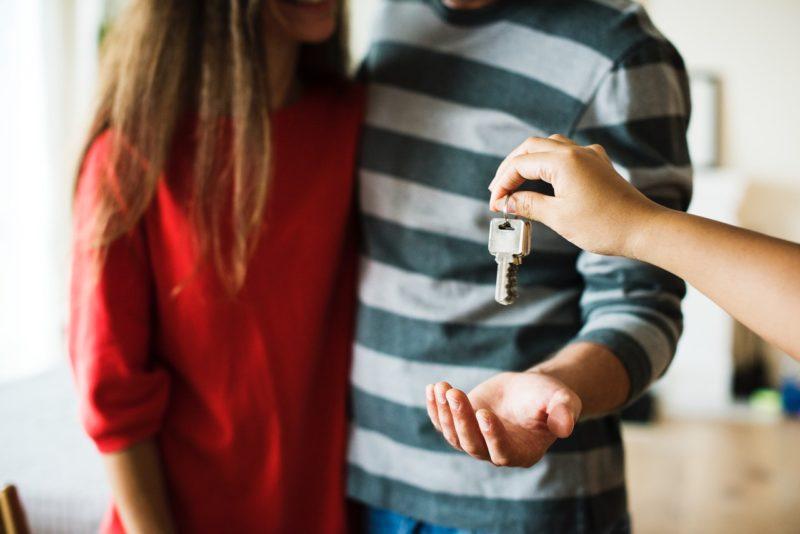 personne donne clé à un couple